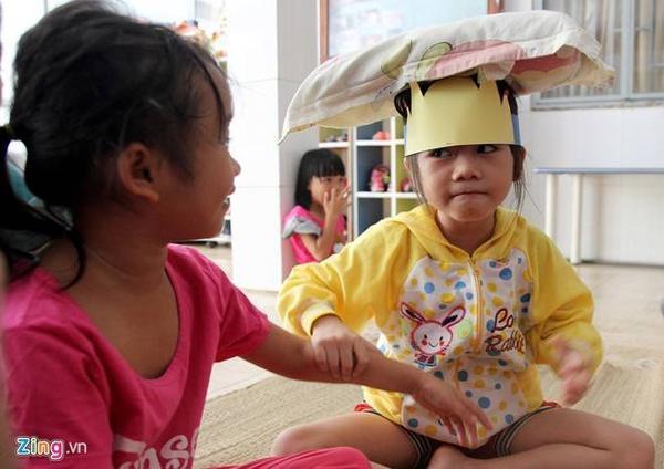 Cô bé 6 tuổi tinh nghịch đùa vui với chị gái.