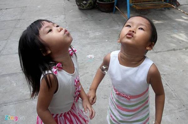 Thầy Minh Hạnh, quản lý tại trung tâm cho biết, sau một thời gian vào chùa, được nuôi dưỡng, chăm sóc đầy đủ, hàng ngày cùng vui chơi với bạn bè nên hai bé hoà nhập nhanh chóng