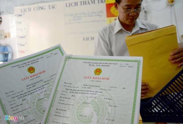 Ngày 5/8 vừa qua, nhà chùa đã làm giấy khai sinh cho hai chị em để nuôi dưỡng trong chùa và đi học ở các trường.