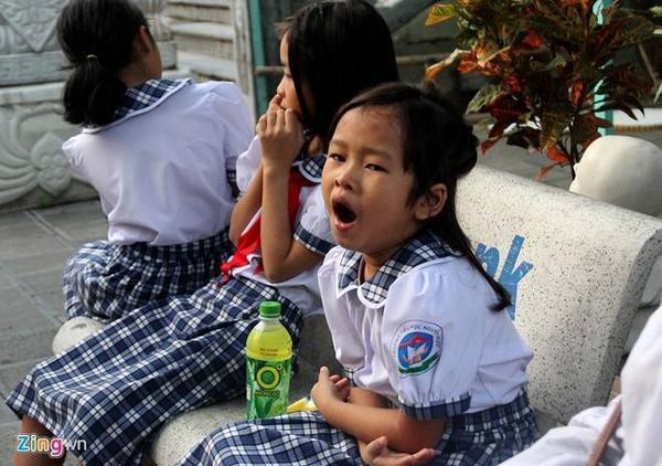 Do dậy khá sớm nên các bé chưa quen, liên tục ngái ngủ. Huyền sẽ theo học lớp 1 tại Trường tiểu học Nguyễn Trực, cách trung tâm khoảng 3 km.