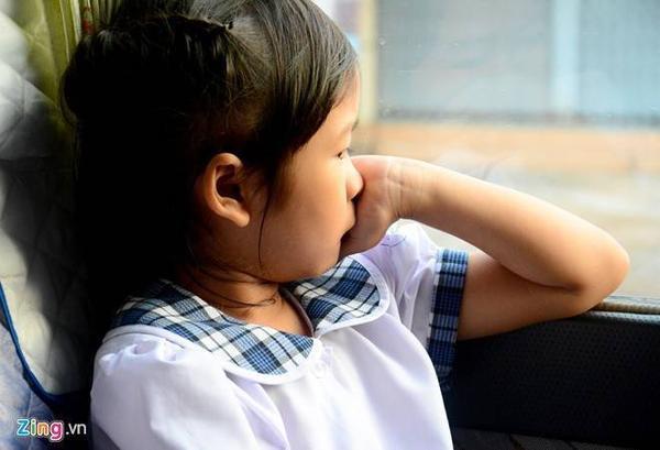 Trên đường tới trường, cô chị của bé Thoại khá suy tư. Một môi trường lạ lẫm, không như những ngày tháng sống cùng cha và em gái bên lề đường.