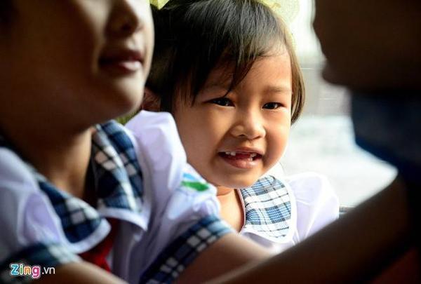 Tuy vậy Huyền cũng luôn nở nụ cười với những chiếc răng vừa rụng khi trêu đùa cùng các chị.