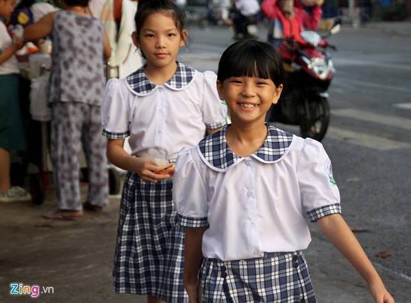 Các chị lớn được nuôi dưỡng cùng trung tâm với huyền cũng hào hứng ngày tựu trường.