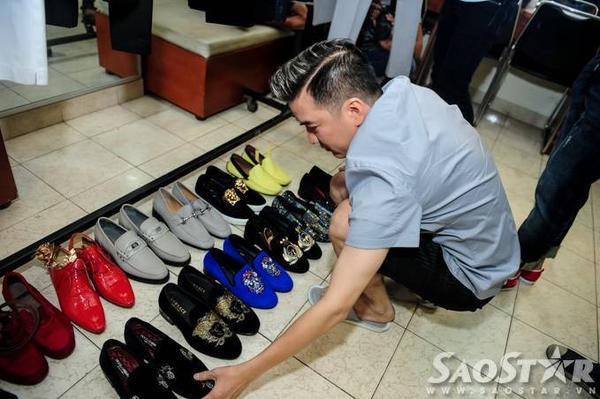Trước đó, nam HLV The Voice luôn tất bật sắp xếp lại trang phục, giày và phụ kiện theo thứ tự tiết mục.