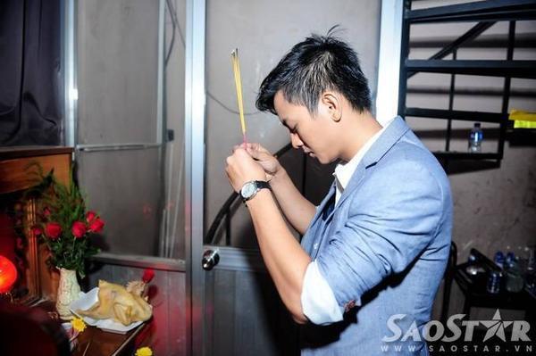 Tương tự Đàm Vĩnh Hưng, Hoài Lâm thắp hương cho tổ nghiệp để cầu mong phần trình diễn suôn sẻ, thành công.
