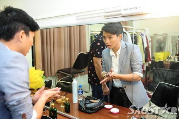 Quán quân Gương mặt thân quen mùa 2 tự tay làm tóc, make-up cho mình trước lúc hát phục vụ khán giả.