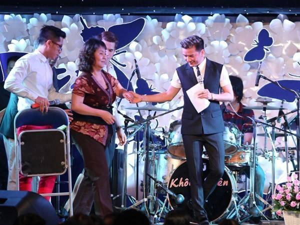 Ca sĩ Đàm Vĩnh Hưng đứng ra tổ chức đêm nhạc quyên góp ủng hộ cô hồi năm ngoái. Số tiền thu được trích ra 300 triệu để giúp đỡ nghệ sĩ Hoàng Lan chữa bệnh.