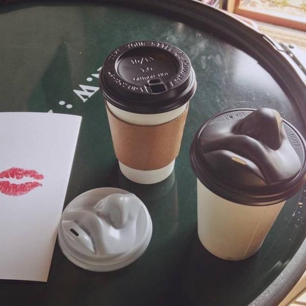 Chiếc cốc cafe với đôi môi  quyến rũ.