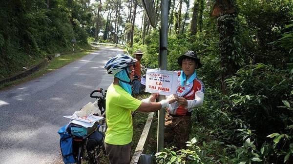 Họ gắn biển cảnh báo ở các cung đường nhiều người qua lại, hướng dẫn cách đổ đèo khi đi Tam Đảo.
