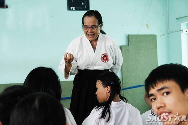 Cô Loan cùng 20 học viên trong giờ học võ tại trung tâm TDTT quận 3.