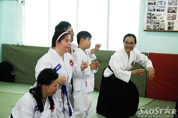 Không chỉ là người thầy mà cô còn là người bạn luôn vui vẻ chỉ dạy từng động tác cho các học viên không may mắc bệnh Down.