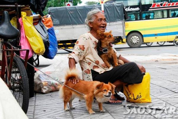 Sống trên góc đường Võ Thị Sáu- Nguyễn Thông (quận 3) hơn 17 năm, bà Trần Thị Trinh được người dân ở đây yêu quý bởi tính cách hiền lành, chịu thương chịu khó.