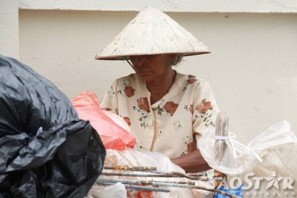 Đang mang trong mình căn bệnh khớp nhưng đêm nào bà Trinh cũng cần mẫn đi nhặt ve chai đếm mờ sáng mới về. Mỗi đêm nhặt nhiều bà kiếm được gần 100.000 nghìn.