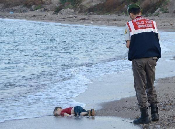 Bức ảnh cậu bé tị nạn người Syria nằm chết trên bờ biển khiến cả thế giới chấn động.