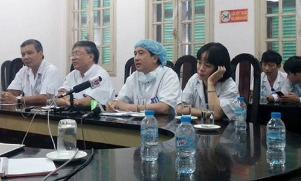 GS Ước, GS Quyết và GS Sơn (từ trái qua) chia sẻ về hành trình đặc biệt đưa khối tim, gan từ TP.HCM ra Hà Nội