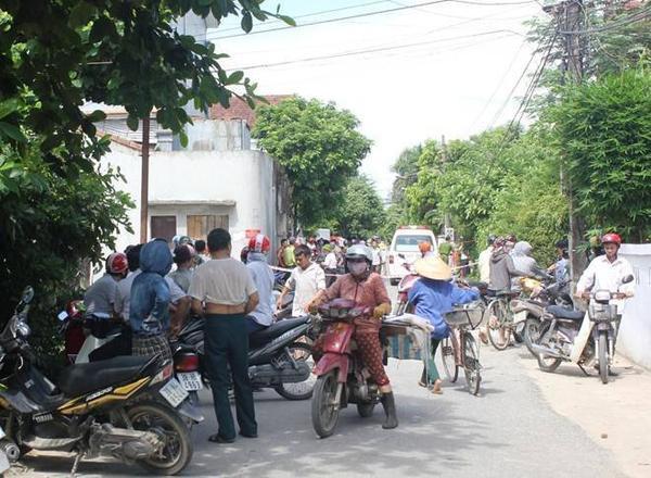 Cảnh sát phong tỏa hiện trường, rất nhiều người dân hiếu kỳ tập trung theo dõi vụ việc. Ảnh: Phạm Hòa.