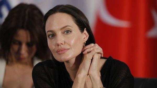 Ngoài sự nghiệp nở rộ ở Hollywood, Angelina Jolie là nhà hoạt động tích cực chống lại bạo lực tình dục.