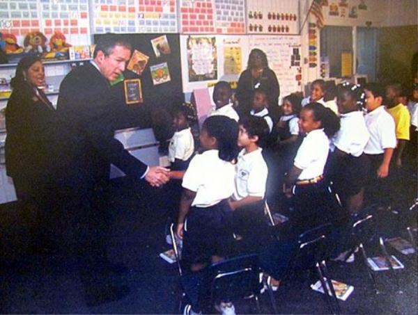 Ngày 11/9/2001, khi hàng triệu người theo dõi trực tiếp cảnh máy bay thứ hai lao thẳng Trung tâm Thương mại Thế giới (WTC) ở thành phố New York, Tổng thống George Bush đang dự giờ ở lớp học CE1 của trường tiểu học Emma E. Booker, quận Sarasota, bang Florida. Trong ảnh, Bush bắt tay em Lazaro Dubrocq, 7 tuổi. Ảnh: ABCNews