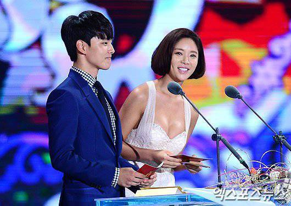 Tuy nhiên, ngay bên cạnh Hwang Jung Eum - đàn em mới 18 tuổi lại khá ngượng ngùng vì sự sexy của cô. Yeo Jin Goo không dám nhìn thẳng vào Hwang Jung Eum trong suốt thời gian công bố và trao giải.