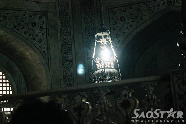 Du khách sẽ cảm thấy rùng mình khi bước chân vào bên trong lăng. Những luồng sáng tối được thiết kế độc đáo tạo ra một không gian mờ ảo. Chính giữa là một chiếc đèn dầu được thắp sáng liên tục như tình yêu bất diệt của  hoàng đế Shah Jahan và hoàng hậu Mumtaz Mahal.
