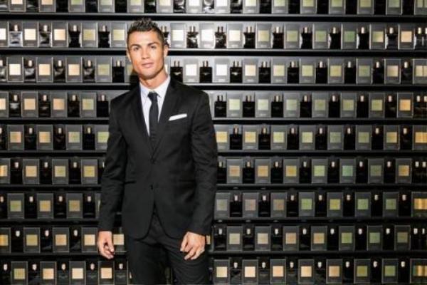 Ronaldo với sản phẩm nước hoa của riêng mình.