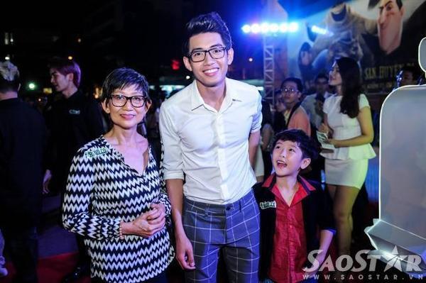 Vũ công Quang Đăng được mẹ hộ tống đến buổi ra mắt phim.