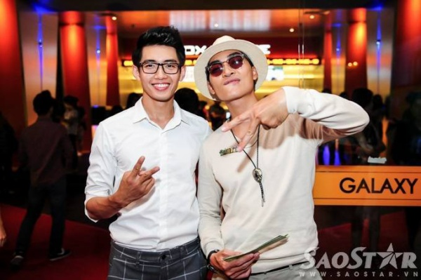 Anh chụp ảnh cùng diễn viên Khương Ngọc.