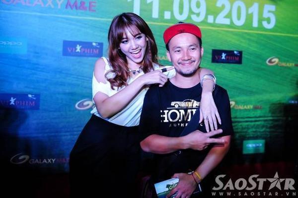 Hari Won đến tham dự sự kiện cùng rapper Đinh Tiến Đạt.