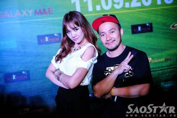 Cặp đôi đẹp của làng giải trí Việt hào hứng tạo dáng khi bắt gặp ống kính máy ảnh.