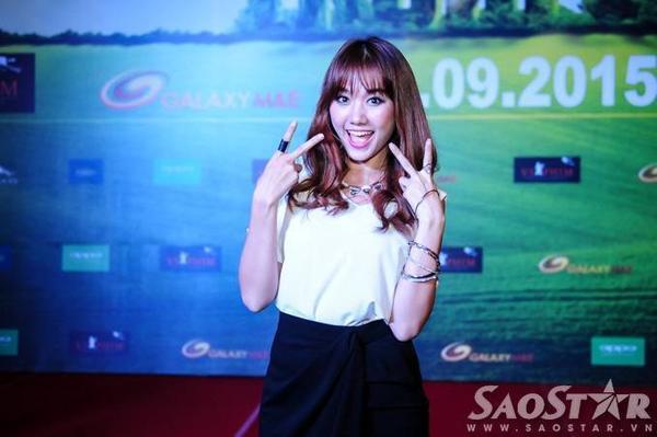 Trong Trùm cỏ, Hari Won đóng vai nữ chính Ngô Đồng - quản gia trại cỏ với vẻ ngoài cá tính, hơi lưu manh.