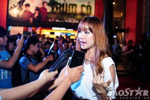 Cô được nhiều cơ quan truyền thông chú ý. Thời gia qua, giọng ca Hương đêm bay xa thường xuyên góp mặt ở các bộ phim điện ảnh.