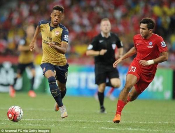 Chris góp mặt trong đội hình Pháo thủ trong trận thắng Các ngôi sao Singapore.