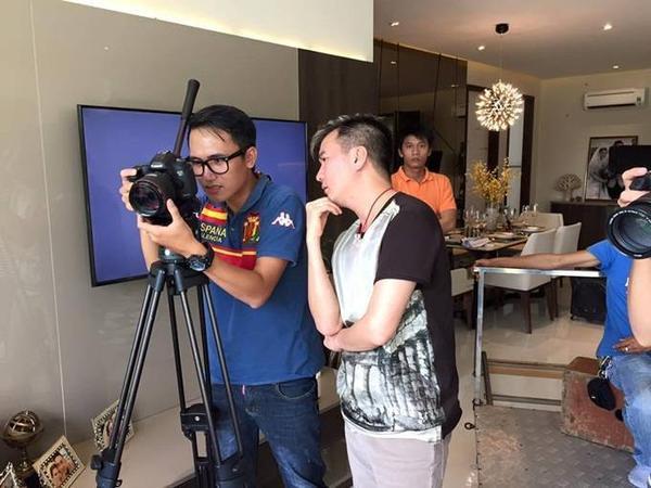 """Trong quá trình quay, """"ông hoàng nhạc Việt"""" luôn giám sát kỹ lưỡng để trò cưng có được sản phẩm chào sân chỉn chu, chất lượng nhất."""
