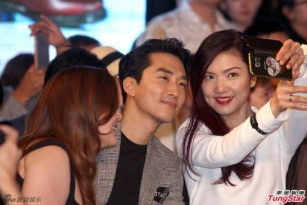 Song Seung Hun vui vẻ bên các cô gái.
