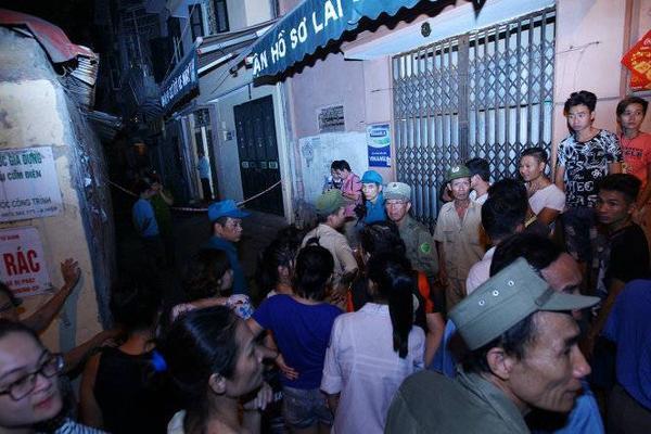 Đông đảo người dân tập trung tại gần khu vực vụ xảy ra nổ - Ảnh: Nguyễn Khánh