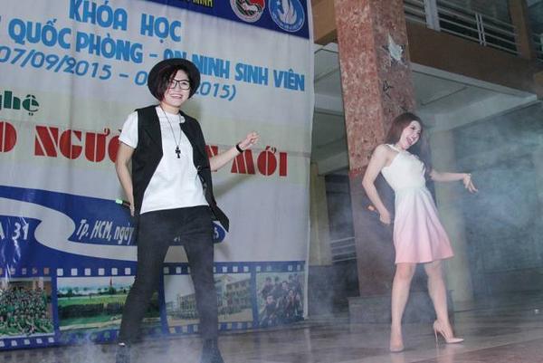 Bên cạnh giọng hát, cả hai còn thể hiện khả năng vũ đạo điêu luyện, bắt mắt của mình.