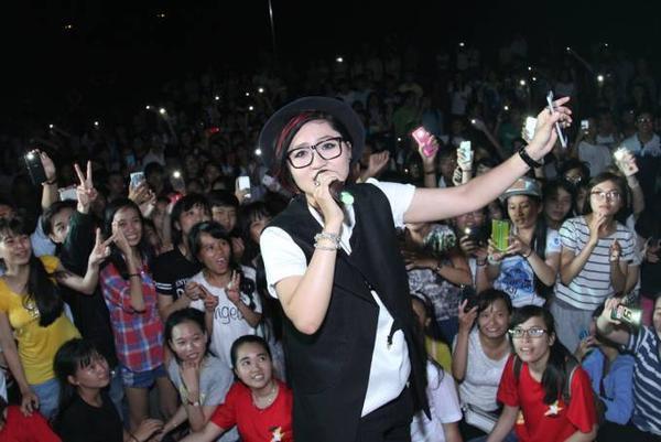 Đặc biệt ở tiết mục Flashlight, rất nhiều sinh viên cùng mở đèn flash điện thoại với Vicky Nhung.
