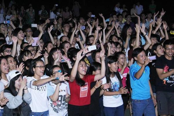 Những màn trình diễn sôi động liên tiếp của nam HLV The Voice khiến số đông sinh viên đứng bật dậy nhún nhảy, đồng thời dành nhiều tràng vỗ tay tán thưởng.