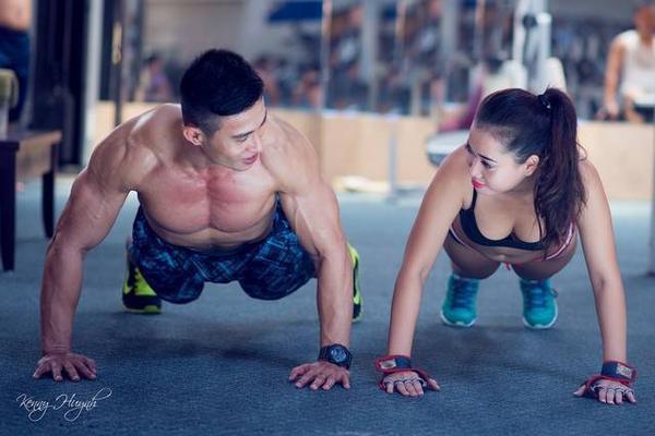 nhung-cu-chi-qua-than-mat-cua-doi-ban-than-trong-phong-tap-gym (4)