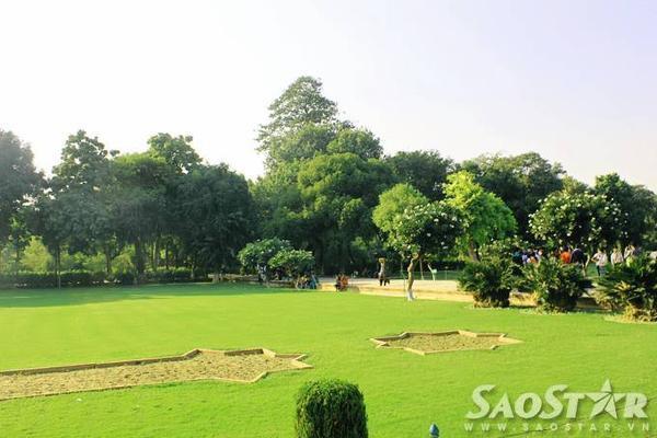 Ngoài các công trình kiến trúc được xây dựng kỳ công, quần thể này còn để lại ấn tượng với du khách bởi không gian thoáng đãng và trong lành của khu vườn phía bên ngoài.