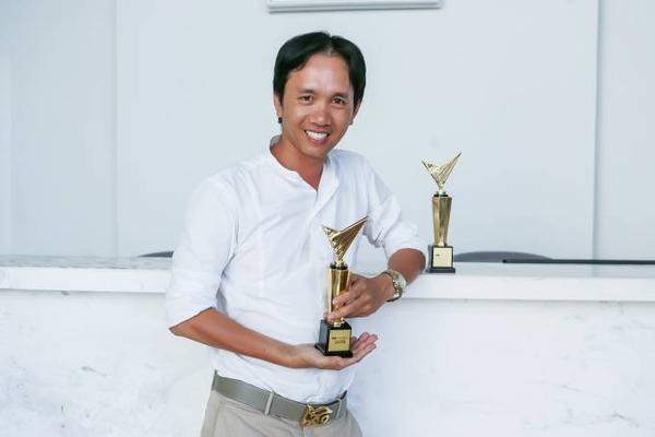 Đạo diễn Nguyễn Hữu Thanh bên cạnh 2 chiếc cúp của VTV Awards 2015 dành cho The Remix