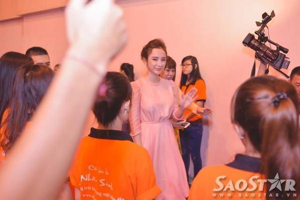 Angela Phương Trinh vẫy tay thân thiện chào mọi người.