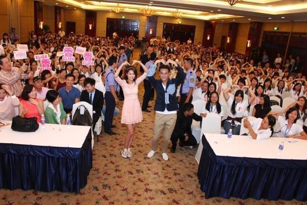 Chup hinh cung fans (3)