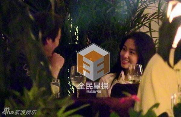 Khi Lưu Diệc Phi có Song Seung Hun, đại gia này lập tức vui vẻ bên cô gái sở hữu vẻ ngoài giống hệt cô.