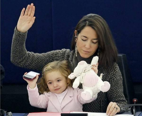 Dù ngồi giữa hàng trăm chính khách nhưng bé mới 3 tuổi thôi.
