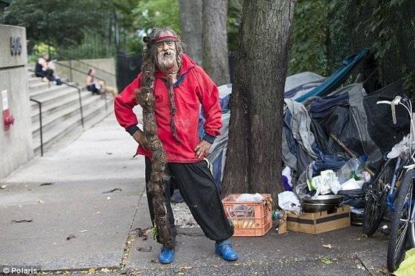 Mái tóc dài, bết đến mắt cá chân của người đàn ông vô gia cư.