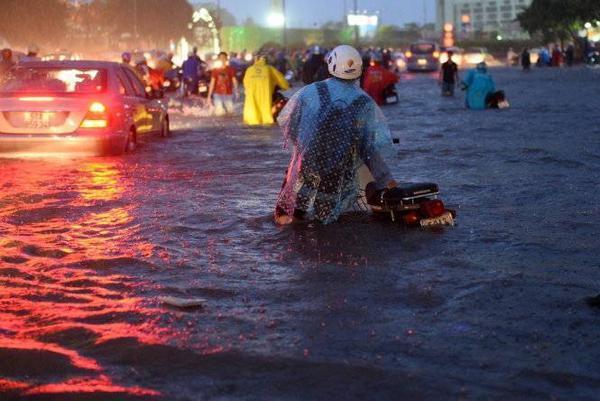 Nước ngập đến yên xe. (Ảnh: Thuận Thắng)