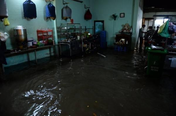 Nước tràn vào nhà dân ở đường Nguyễn Hữu Cảnh. (Ảnh: Thuận Thắng)