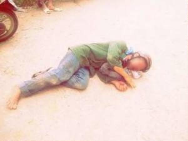 Ông lão bị đánh tới mức chảy máu và ngã lăn ra đường - (Ảnh N.N)