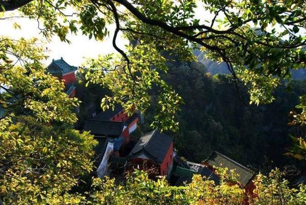 Khi mặt trời mọc, hoàng hôn buông, khi xuân tới, thu về, khung cảnh núi Võ Đang đều khiến du khách mê đắm.